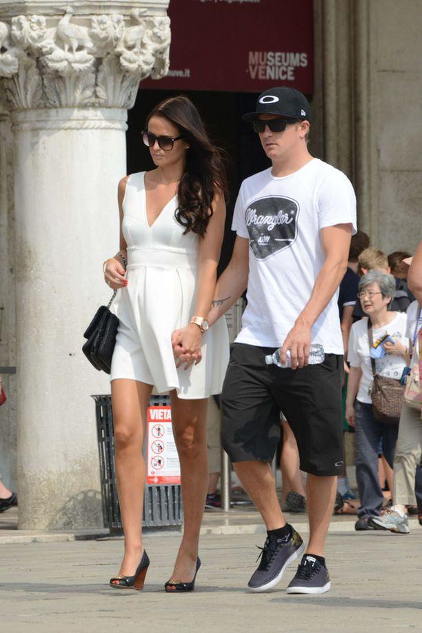 Pari käveli käsi kädessä Venetsian keskustassa.