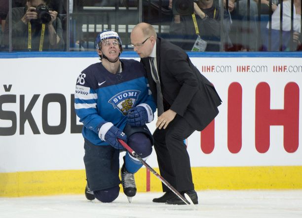 Suomen lääkäri Harri Hakkarainen tarkasti Erik Haulan kunnon sen jälkeen, kun Jevgeni Malkinin iski Haulaa poikittaisella mailalla leukaan.