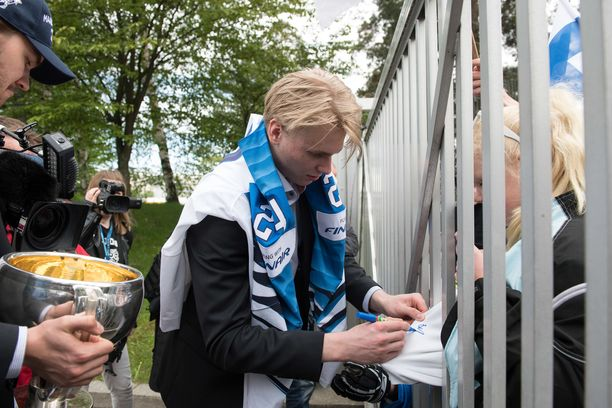 Kaapo Kakon nimikirjoitukset olivat kovaa valuuttaa Kaisaniemen MM-kultajuhlissa maanantaina.