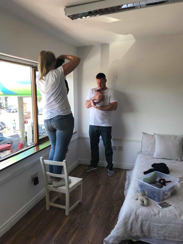Kotikuvaajia Sara neuvoo hyödyntämään luonnonvaloa ja kuvaamaan vauvan oman vanhemman käsivarsilla. Lisää Saran vinkkejä löydät jutun lopusta.