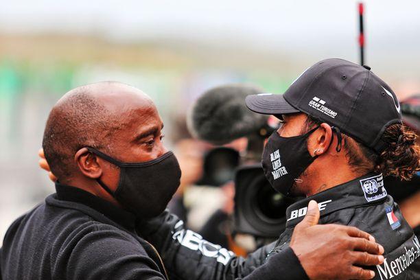 Lewis Hamilton (oik.) halasi pitkään isänsä Anthonyn kanssa kisan jälkeen.