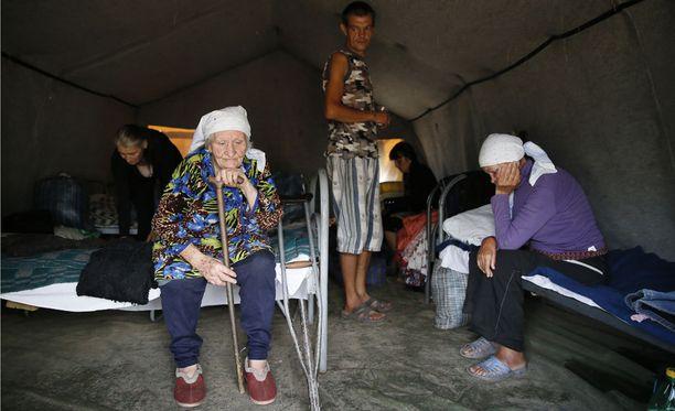 Itä-Ukrainasta Venäjän Rostoviin paenneet turvapaikanhakijat pakolaisleirillä elokuussa 2014.