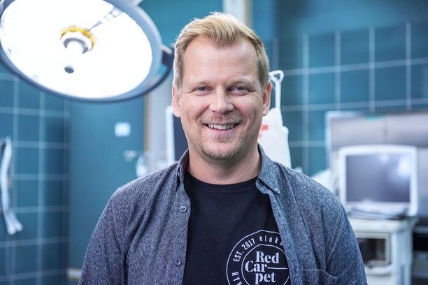 Antti Luusuaniemi näyttelee Syke-sarjassa sydänkirurgia.