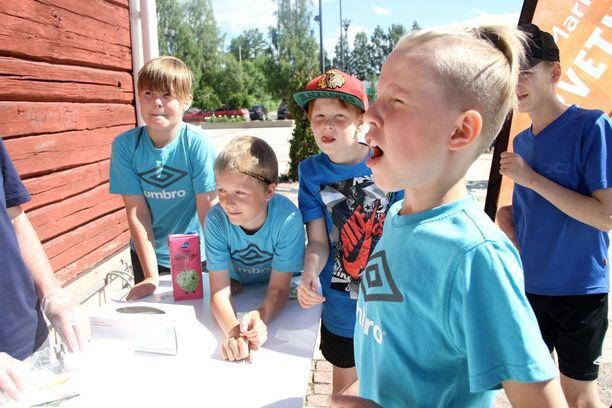 Kassakuitit maistuivat eritoten junnuille Utajärvellä kassakuitinsyönnin SM-kisoissa.
