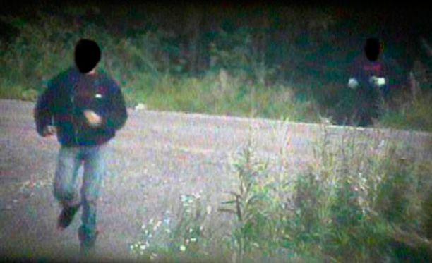 Maastoon kätkettyihin valvontakameroihin tallentui Ketunkoloksi nimetyn amfetamiinikätkön tyhjennys Vantaan Hämeenkylässä.