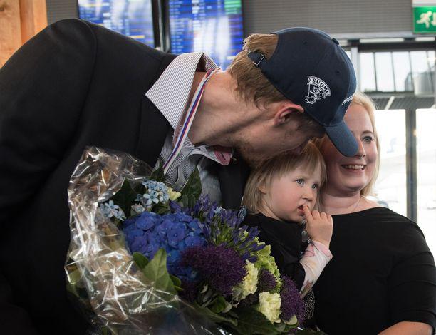 Vaimo ja tytär ottivat MM-kisoista palanneen Marko Anttilan lentokentällä vastaan.