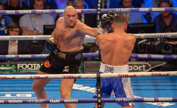 Tyson Fury (vas.) palasi nyrkkeilykehään pitkän tauon jälkeen voitokkaasti.