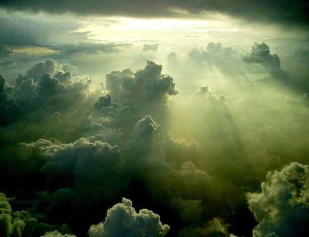 KUMPUKERROSPILVI Yleisin pilvilaji, jolla on muhkurainen pohja, ja joka viihtyy matalalla. Kumpukerrospilvet ovat hajanaisia, ja yksittäiset pilvet ovat suuria. Kumpukerrospilvi ei ole kesän toivotuin pilvi, koska se peittää auringon.