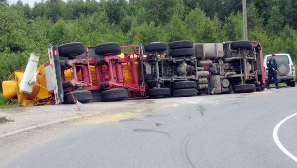Kyljellään lojunut rekka aiheutti kolme tuntia haittaa liikenteelle.