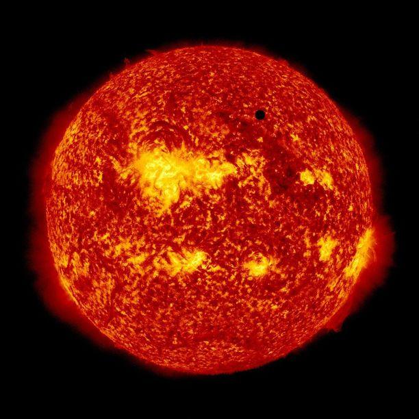 Stephen Hawkingin mukaan ilmastonmuutos voi mennä niin pitkälle, että Maasta tulee yksi tulipallo, jossa on yhtä kuuma kuin sisarplaneetta Venuksella. Kuvan tulipallo on aurinko, Venus on pieni musta piste sen edessä.