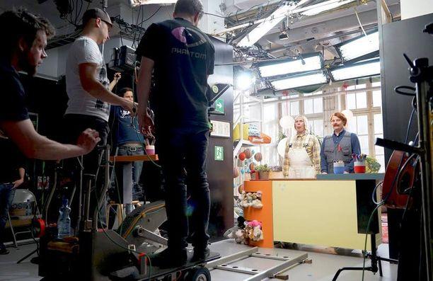 Helsinkiläiseen studioon rakennettiin kodinomainen, värikäs paja Pikku Kakkosen jaksoja varten.