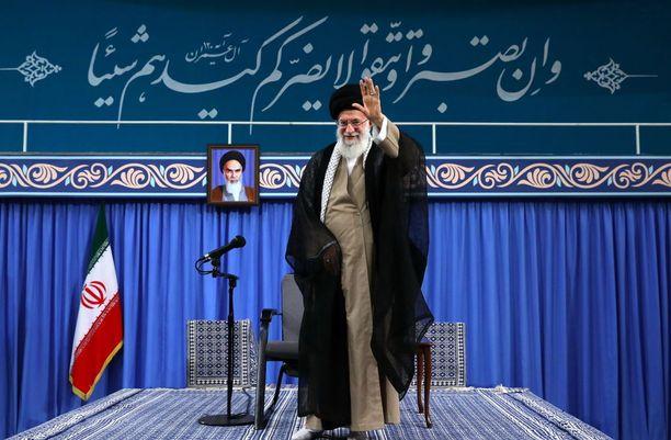 Ali Khamenei tervehti yleisöä Tehranissa ennen puhettaan maanantaina. Hän vaati hallinnolta lujempia otteita korruption kitkemiseksi.