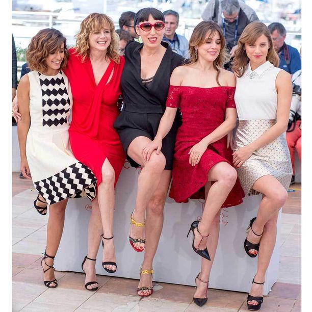 Julieta-elokuvan tähdet esittelevät sääriään Cannesin elokuvajuhlilla.