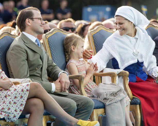 Kuvassa prinsessa Estelle juhlimassa äitinsä kruununprinsessa Victorian 40-vuotissyntymäpäivää vuonna 2017.