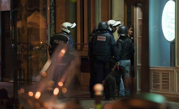 Poliisi löysi mahdollisen terroristien käyttämän pakoauton noin 36 tuntia terrori-iskujen jälkeen.