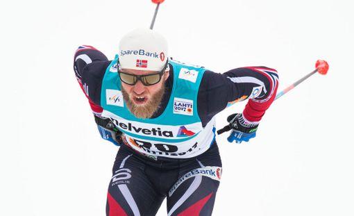 Martin Johnsrud Sundby jäi moottorikelkan alle, mutta voitti silti.