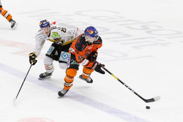 Nuorten tähtien sinistä kypärää kantaneet Kärppien Aleksi Heponiemi ja HPK:n Valtteri Puustinen kamppailivat game sevenissä.