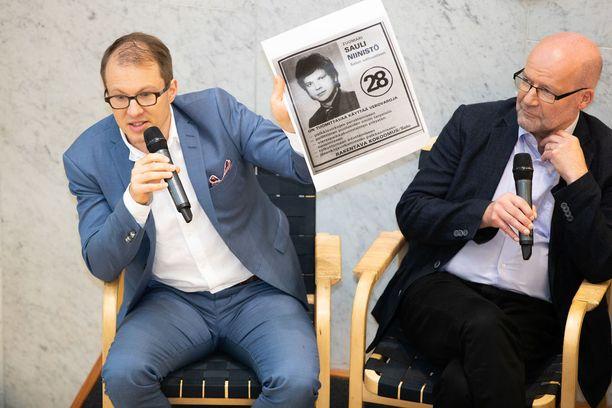 Aamulehden toimittajat Matti Mörttinen (vas.) ja Lauri Nurmi julkaisivat kirjansa maanantaina. Kirjan ympärillä on käynyt kova kuhina koko viikon.