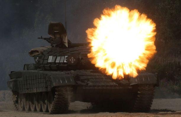 Venäläinen panssarihaupitsi 2S3 avaa tulen Safe Route -harjoituksessa Tjumenissa.