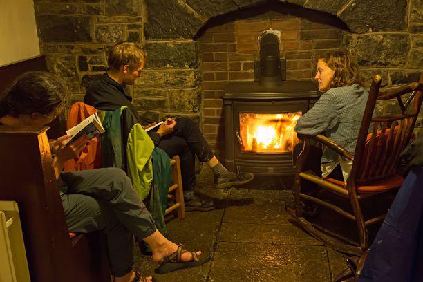 Irlantilaishostellissa tunnelmoidaan tulen ääressä. Hostelleissa on yhteistiloja, joissa voi tutustua kanssareissaajiin.