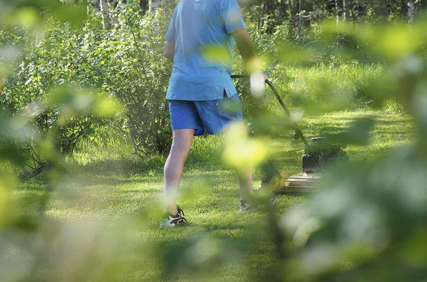 Vastaleikatun nurmikon kaltainen suojailmiö toteutuu myös silloin, kun ottaa esimerkiksi metsässä kuusen neulasen käteensä, katkaisee neulasen ja haistaa sitä.