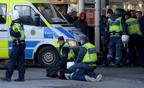 Poliisi pidätti lukuisia eilisen jalkapallomellakan osallisia.