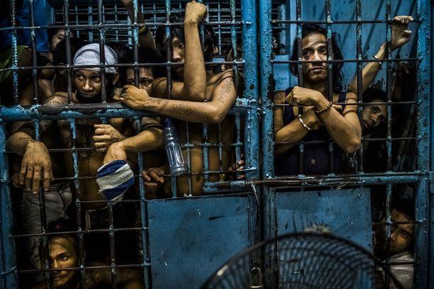 HE TEURASTAVAT MEITÄ KUIN ELÄIMIÄ Yleisten uutiskuvien reportaasisarjan voitti kuvasarja Filippiinien huumeiden vastaisesta sodasta. Uuden presidentin Rodrigo Duterten aloitettua poliisi ja asejoukot ovat tappaneet säälittä tuhansia väitettyjä huumekauppiaita. Surmia ei selvitetä ja niitä pidetään laillisina. Kuvassa pidätettyjä henkilöitä poliisivankilassa Manilassa.