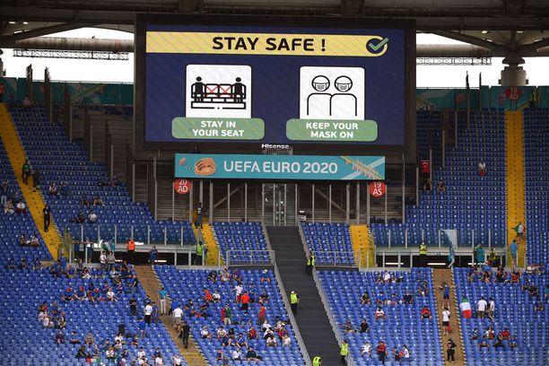 Stadionin valotaululla ohjeistettiin englanniksi katsojia pysämään omalla paikallaan ja pitämään maskia kasvoilla.