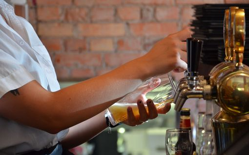 Alkoholin myyntiä rajoitetaan Virossa – toivotaan hillitsevän koronatartuntoja