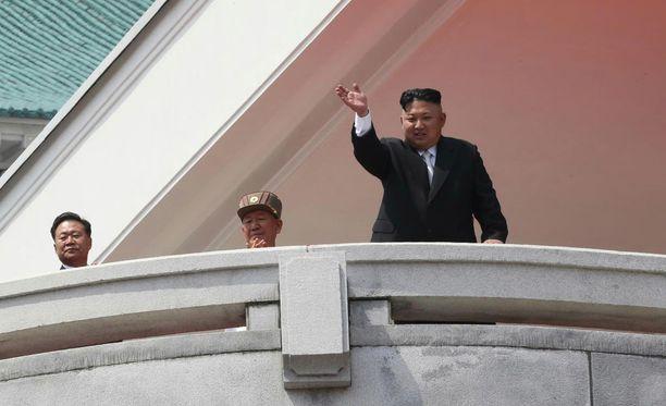 Arkistokuva. Kim Jong-un näyttäytyy paraatissa Pjongjangissa.