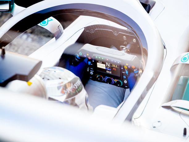 Mercedeksen W10-auton ohjaamosta löytyy noin 50000 euron ratti, tai tietokone, jolla Valtteri Bottas ja Lewis Hamilton pystyvät säätämään auton toimintaa hyvin yksityiskohtaisesti.