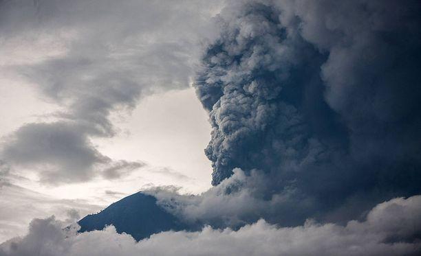Indonesian Balilla viranomaiset nostivat lentovaroituksen korkeimmalle tasolle Aging-tulivuoren vuoksi.
