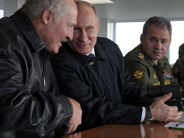 Valko-Venäjän presidentti Aljaksandr Lukašenka (vas.) ja Venäjän presidentti Vladimir Putin olivat hyvää pataa viime Zapad-sotaharjoituksessa. Äärioikealla kuvassa Venäjän puolustusministeri Sergei Šoigu.