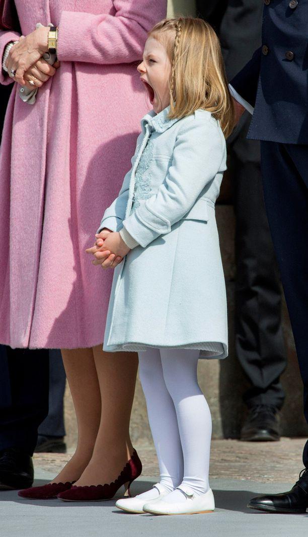 Rivissä seisoskelu sai prinsessan haukottelemaan.