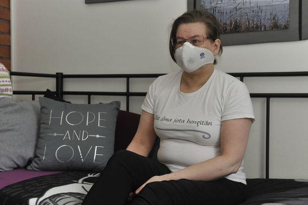 Yli 15 vuotta sitten sairastuneen Kirsi Nousiaisen piina alkoi hometalosta. Nykyään oireet ovat niin voimakkaat, että Nousiainen joutuu pahimmissa paikoissa laittamaan hengityssuojaimen kasvoilleen.