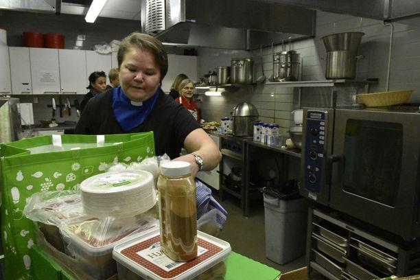 Tytti Friberg ohjeisti ja auttoi vapaaehtoisia kirkon keittiössä.