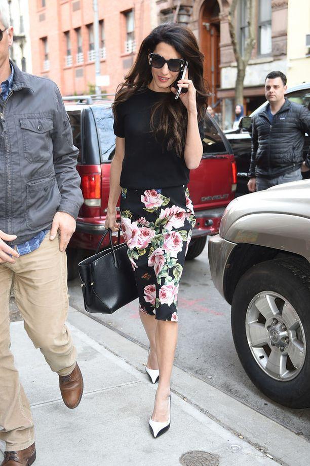 Naisellinen duunilook: Dolce & Gabbanan kukallinen kynähame toimii simppelin, mustan neulepuseron parina. Lyhythihainen, vartalonmyötäinen neulepusero on kivaa vaihtelua kauluspaidoille ja jakuille.