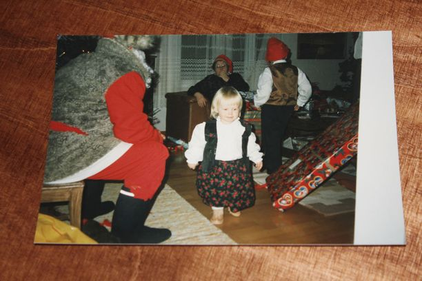 Petra Olli pienenä joulupukin seurassa.