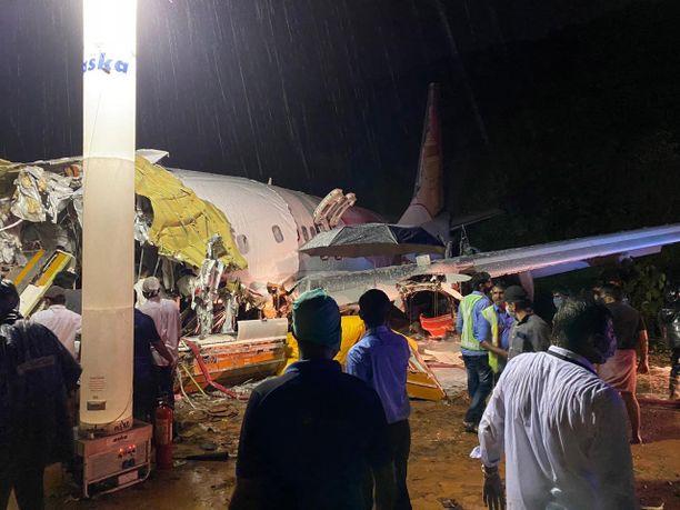 Matkustajakone katkesi perjantaina sattuneessa onnettomuudessa Kozhikoden lentokentällä Keralan osavaltiossa Etelä-Intiassa.