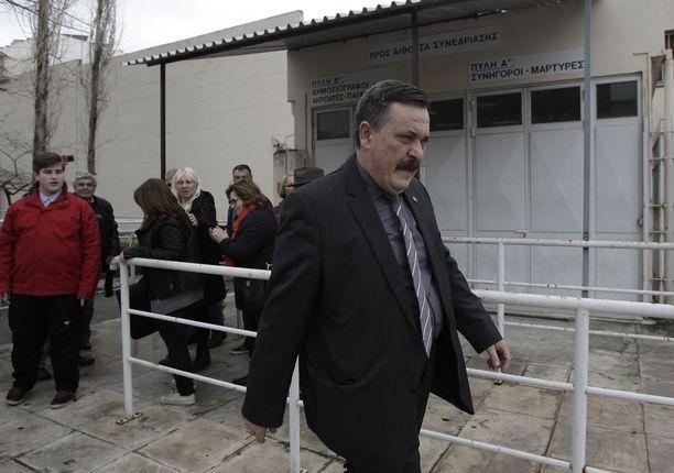 Christos Pappas poistumassa vankilasta vuonna 2015.
