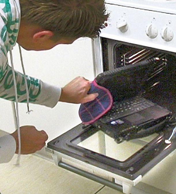 Kannettava selvisi uunissa 50 asteen lämpötilasta.