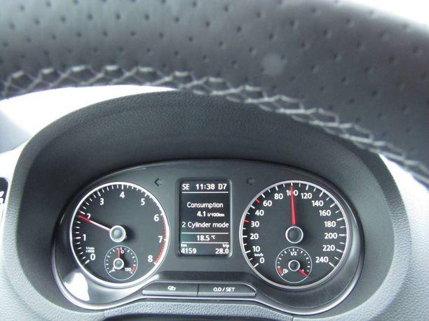 Volkswagen Polo BlueGT ilmoittaa sylinterien lepuutuksesta mittariston tekstillä.