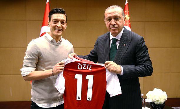 Özil luovutti Arsenal-pelipaitansa Erdoganille.