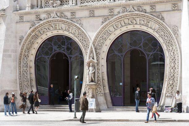 Don Sebastiaon patsas sijaitsee Rossion rautatieaseman sisäänkäynnillä Lissabonissa.