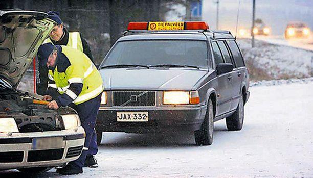 Operaatio Lumihiutale auttaa tien päälle jääneitä.