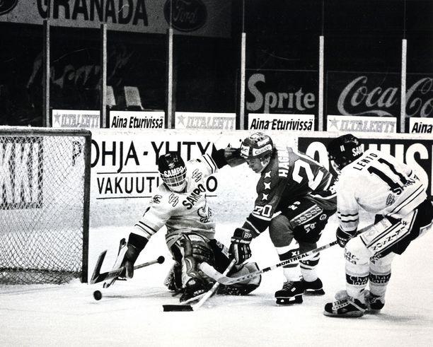 """""""Hakki"""" oli SM-liigassa armoton tehopelaaja, ja hän voitti pistepörssin neljällä kaudella. Kuvassa hän upottaa kiekon Kärppien verkkoon talvella 1983."""