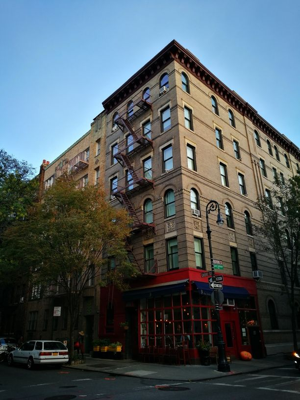 Tuttu talo? Tämä legendaarinen rakennus löytyy Bedford Streetin ja Grove Streetin kulmasta Greenwich Villagen kaupunginosasta.
