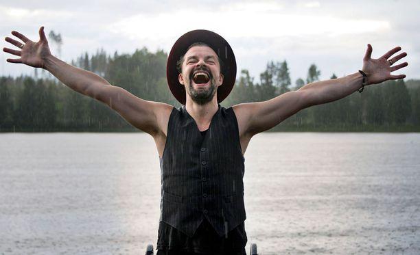 Tuure Kilpeläinen poseerasi sateessa Iltalehdelle Iskelmä Festivaaleilla kesäkuussa.