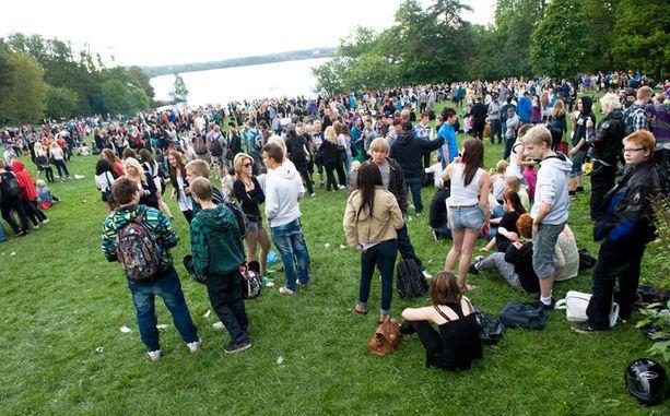 Näin Tampereen nuoret juhlivat koulujen päättymistä viime vuonna Pyynikin rannassa.