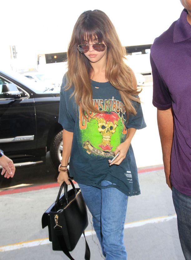 Vielä kesällä Selenan hiukset olivat huomattavasti pidemmät ja vaaleammat. Otsatukka kuului tuolloin tyyliin.